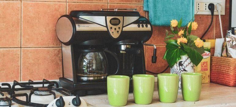 Toaster and mugs.