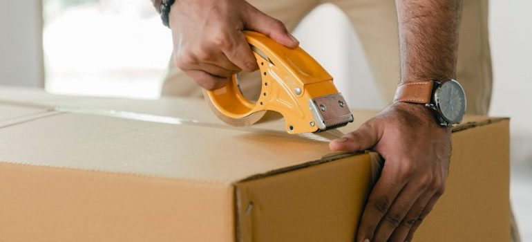closing moving box with the packing tape